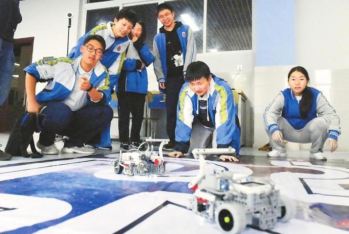 成都:中学里的创客中心 学生们正测试超级轨道赛机器人小车