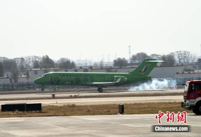 中国首架整机彩绘ARJ21国产客机在内蒙古交付运营