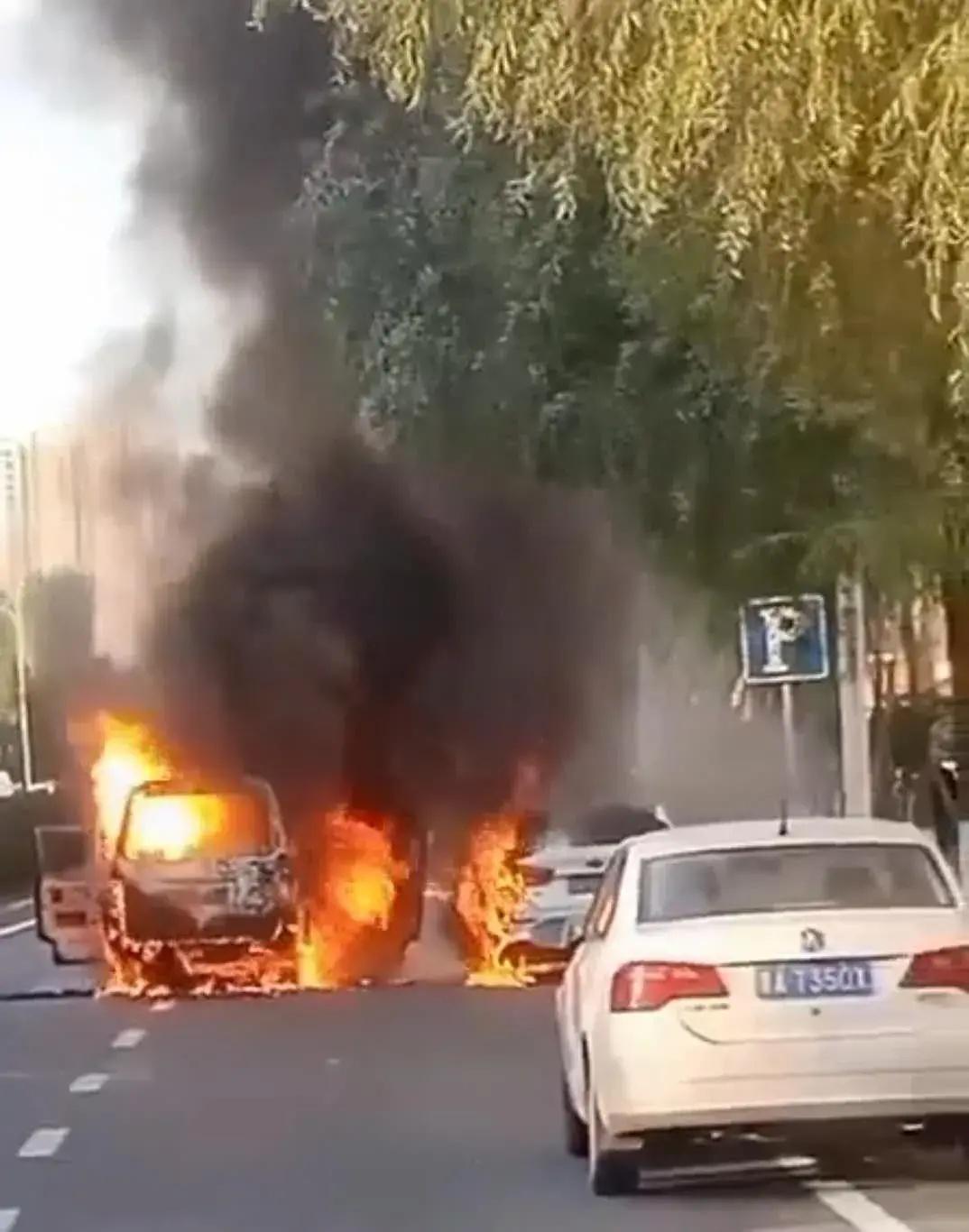 哈尔滨街头两车燃起大火,场面震撼