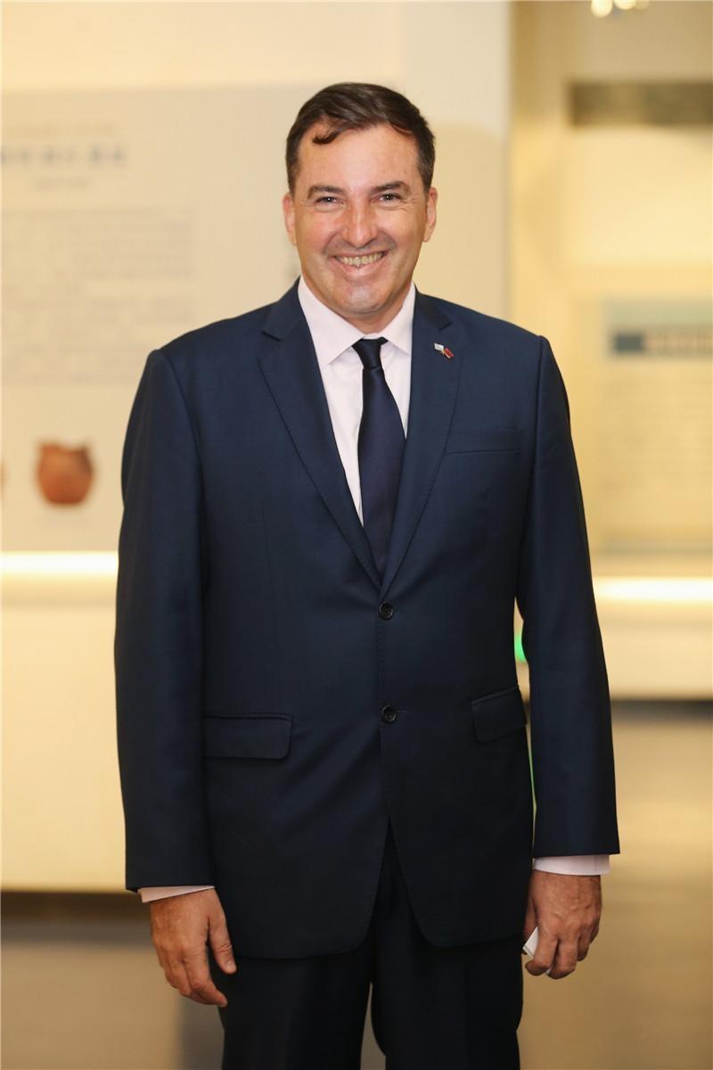 种下友谊之树 打开交往之门——访乌拉圭驻华大使费尔南多·卢格里斯