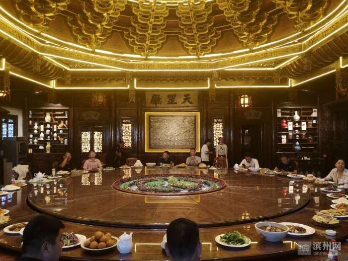 三十六人同桌吃饭 宋江武校有个巨型好汉桌