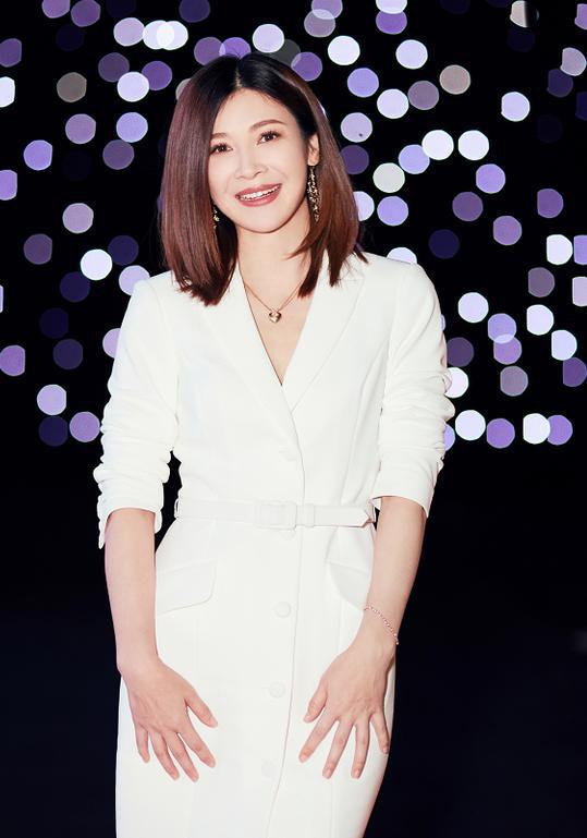 40岁童蕾越来越时髦!穿白色西装裙又美又飒,大女人魅力真迷人