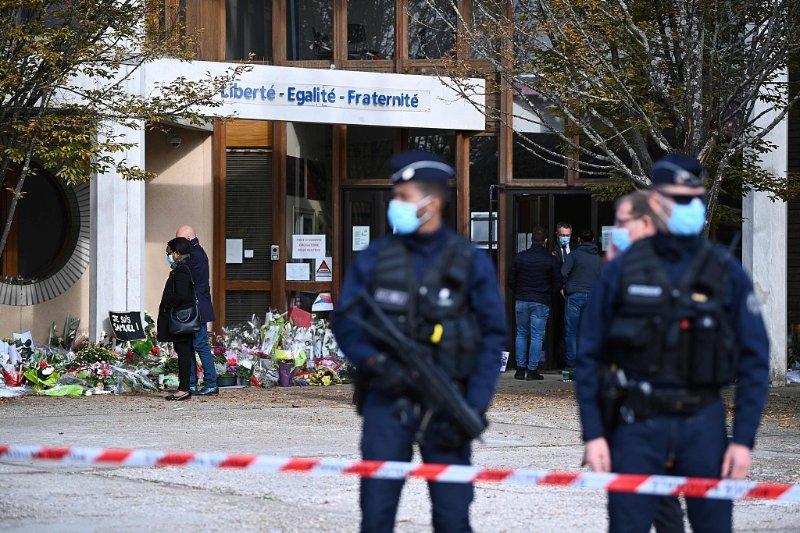 法国巴黎教师被杀案后续:已有15人被拘,包括4名学生
