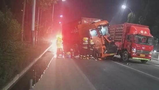 山东潍坊:32吨槽罐车遭追尾苯泄漏!消防员奋战6小时消除险情