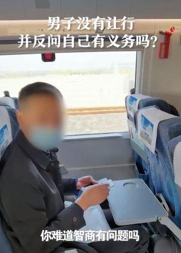 高铁上男子拒给内侧座位乘客让行,铁路局:乘警介入为受阻乘客调换了座位