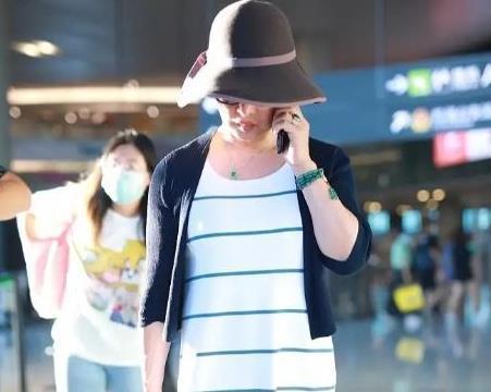 金星走机场被无p图抓拍,穿条纹裙搭小衫好优雅,状态哪像53岁?
