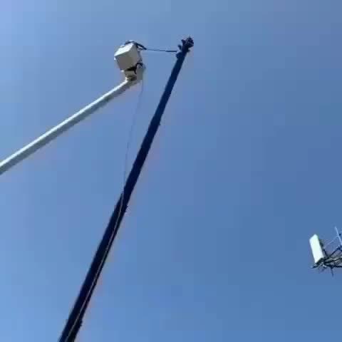 忍不住喊出声:这是电信设备安装工人?