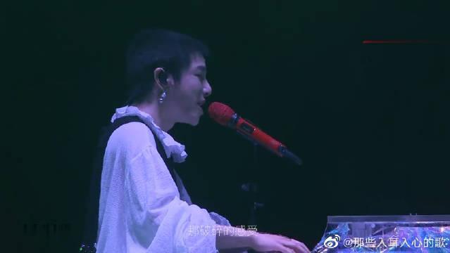 华晨宇演唱会首唱的新歌《疯人院》……