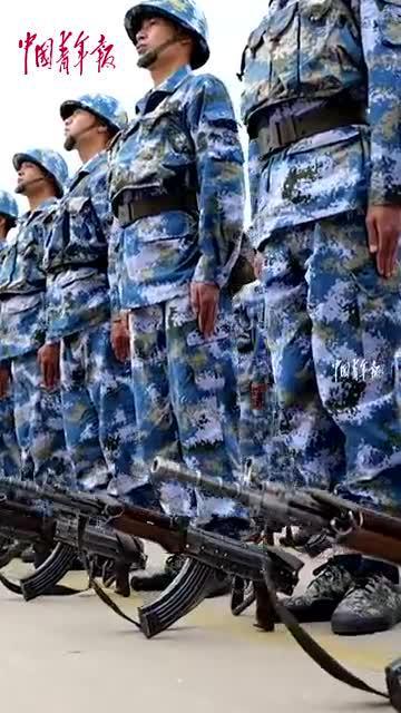 头戴钢盔,身披战甲!海军数千名新兵举行授枪仪式!