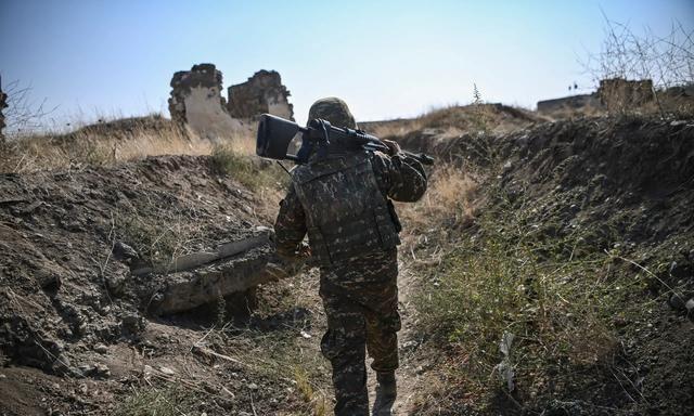 战场视频公布,亚美尼亚士兵无处躲藏,炮弹长了眼睛,一打一个准