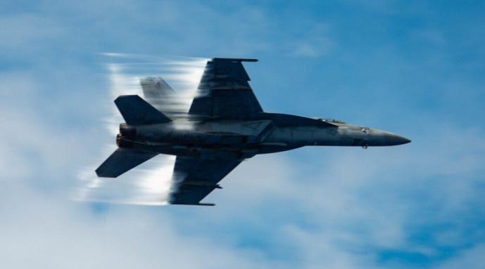 美军一架超级大黄蜂战斗机坠毁:滚滚黑烟……
