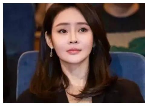 她放弃当外交官而做演员,跟富豪丈夫闪婚恩爱10年,37岁仍像少女