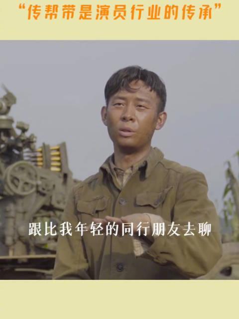 张译在《金刚川》片场给年轻演员们分享表演经验:我会慢慢地把自己对这场戏的一些想法和理解,跟比我年轻的同行朋友去聊