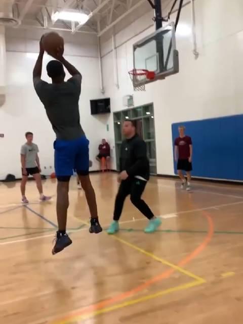 训练师分享威金斯训练视频,单打转身后仰跳投~
