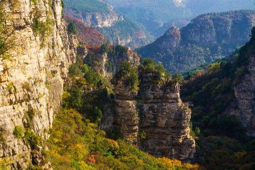 徒步济南藏龙涧,探访原生态大峡谷,悬崖红叶美不胜