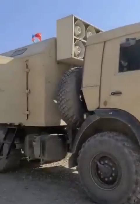 在阿塞拜疆军队进入纳卡地区的录像中……