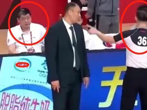 说给裁判警告的男人!吉林男篮主帅不敢吭声,为啥他要顶撞闫军?