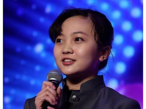 林妙可撩发扮成熟,坐姿略显老态,网友质疑:这是21岁的小姑娘?
