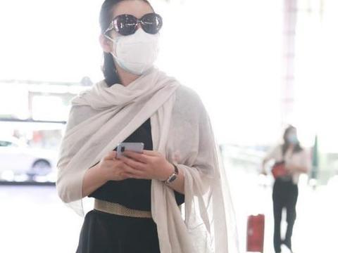 """秦海璐一身""""侠气""""走机场,黑色连衣裙配白披肩,瞬间被她帅到了"""