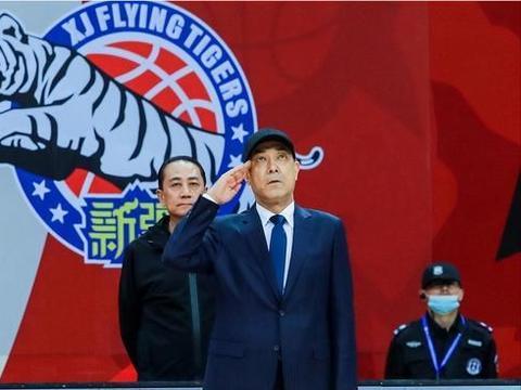 暖心!新疆北控赛前致敬八一男篮,阿的江领衔老旧部致敬