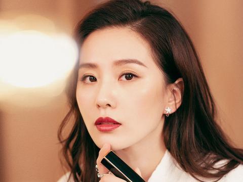 刘诗诗穿粗呢套装戴贝雷帽演绎法式浪漫 佳人对镜补妆美如画