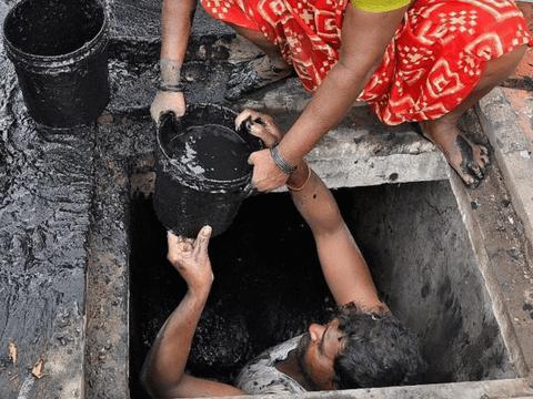 印度三男子清理化粪池死亡,法律虽已禁止,但给36元就有人干