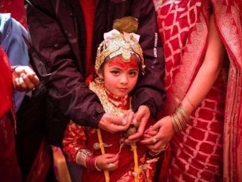 尼泊尔为何没有寡妇?看看当地女人的生活,不由得让人心疼