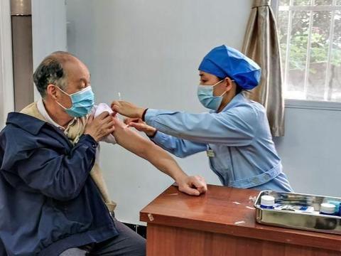 江苏南京:秋日时节,市民注射流感疫苗