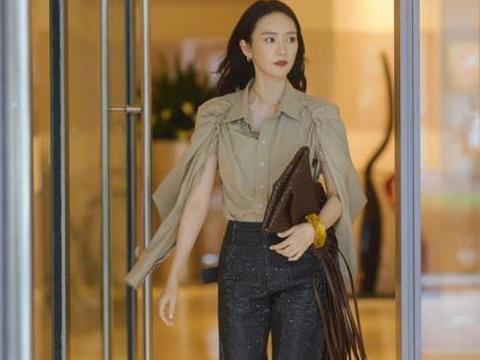 童瑶现在真是既帅气又温柔,穿卡其色衬衫配亮片西装裤,看着好酷