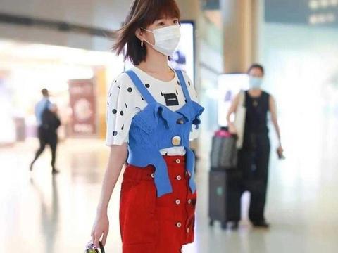 """毛晓彤私服真""""洋气"""",蓝色吊带配红裙玩叠穿,马丁靴个性又时髦"""
