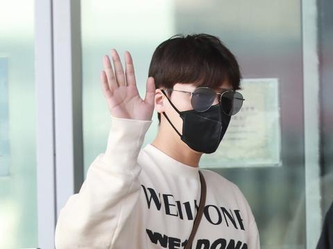 李易峰穿米色卫衣现身机场,手举高高打招呼超有范