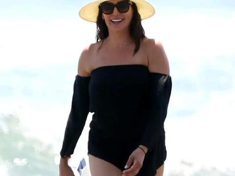 劳伦·西尔弗曼海边度假,穿一字肩连体衣吸引眼球