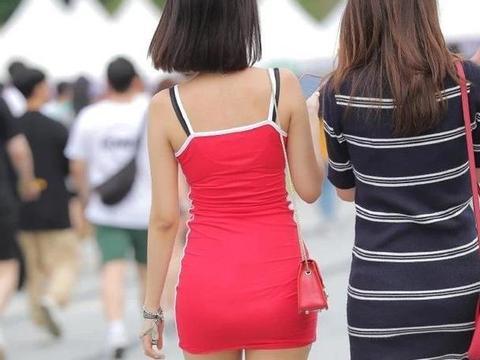 """活泼少女的艳丽穿搭,选择时尚""""大红裙"""",轻松展现个人活力"""