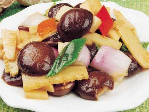 香菇焖春笋,高纤维低热量营养丰富,软嫩味厚,甜脆味美