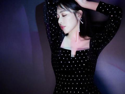 阚清子黑色波点连衣裙性感,蝴蝶结珍珠耳环吸睛,大幅度动作妖娆