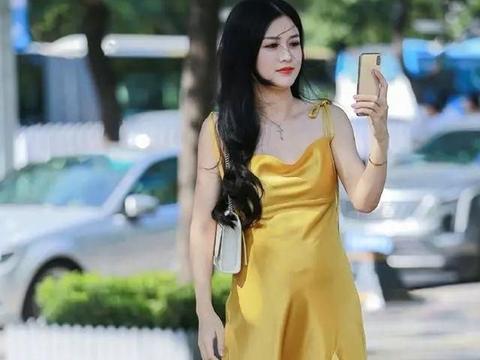 街拍:一件黄色的真丝裙,为夏天增加不少美丽景色