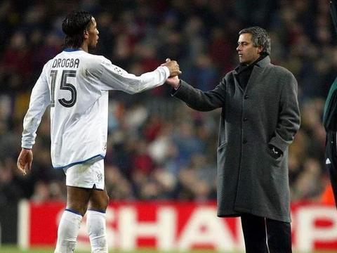 穆里尼奥上任热刺主帅后,邀请过德罗巴,换成曼联高层就不会答应