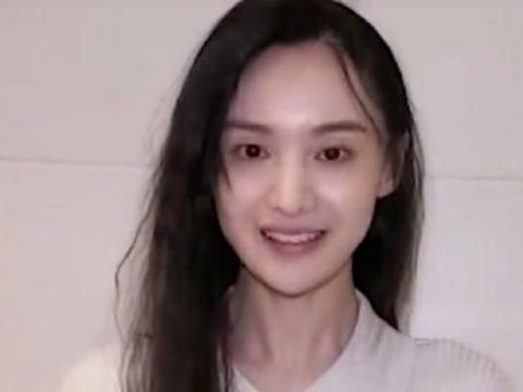 郑爽素颜出镜录制视频,脸庞消瘦状态欠佳,网友:有点吓人