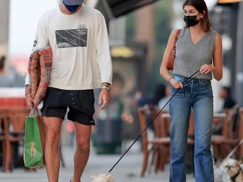"""""""长腿妹妹""""凯雅·杰柏穿黑色无痕裤秀美腿,和男友逛街变娇小"""