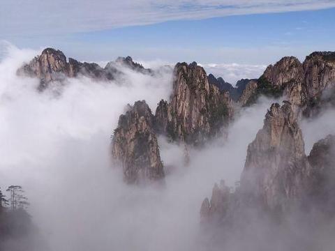 安徽黄山:雨后风起云涌,山巅云雾缭绕似仙境