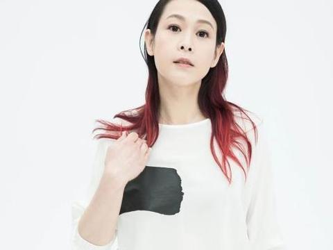 刘若英真是柔情似水的代表,穿着朴素很低调,但却看着很有韵味
