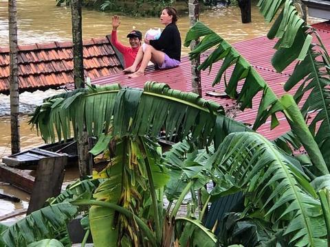 洪水来袭母亲抱着1个月婴儿掀开屋顶求救,邻居用视频录下全过程