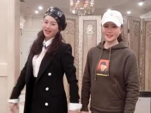 朱军妻子罕见现身,戴贝雷帽穿黑白配,彰显50岁女性的时髦气质