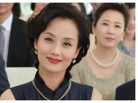 """张翰""""母亲""""低调嫁豪门,女儿是世界冠军,51岁美过名模刘雯"""