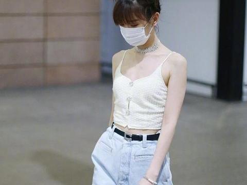 凭钟晓芹成功翻红,毛晓彤机场也大胆了,穿吊带秀盈盈一握少女腰