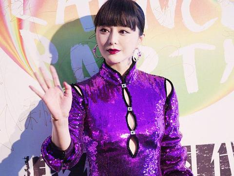 范冰冰活动照像姨太太,紫色旗袍妖艳土俗,胸前三颗纽扣要崩开