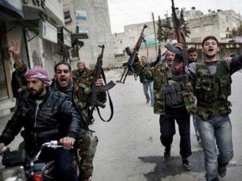 前反对派头目遭神秘暗杀,三千多人送葬,称叙利亚军方是凶手
