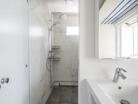 打赌你们没有见过这样的装修,客厅和卧室中间挖个窗洞,通风宽敞