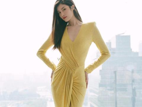 何穗的超模身材不用吹!穿紧身针织裙秀黄金比例,美腿白皙很抢镜