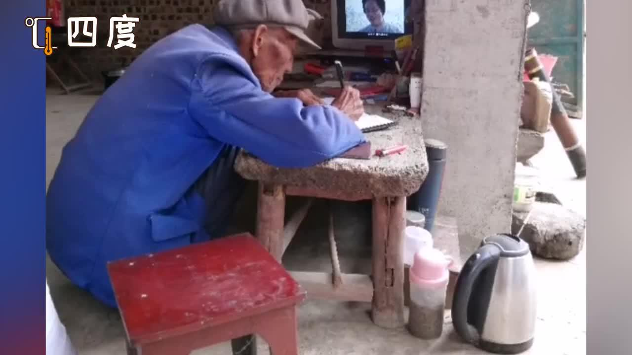 人口普查员入户偶遇老爷爷:屋里干干净净 正边看电视边记笔记